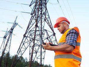 energetska mreža i radnik elektre
